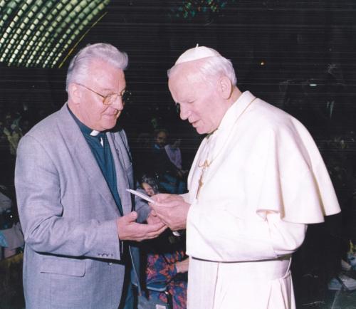 Abbé Emile Lesaffre avec Jean-Paul II  c.jpg