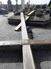 Croix tombée dans le cimetière.jpg