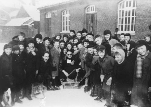 Frère Pierre sur le traineau au milieu des enfants Ecole St Joseph.jpg