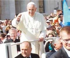 Pape François bénit M. Pouchelle.jpg